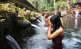 adi ubud tour-professional tour guide and speaking English driver-bali tour guide- interesting place in Bali - Tirta Empul Temple Tampaksiring