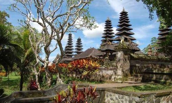 adi ubud tour-professional tour guide and speaking English driver-bali tour guide- interesting place in Bali-taman ayun temple in bali